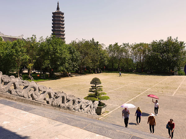 Khuôn viên rộng lớn của chùa Bái Đính