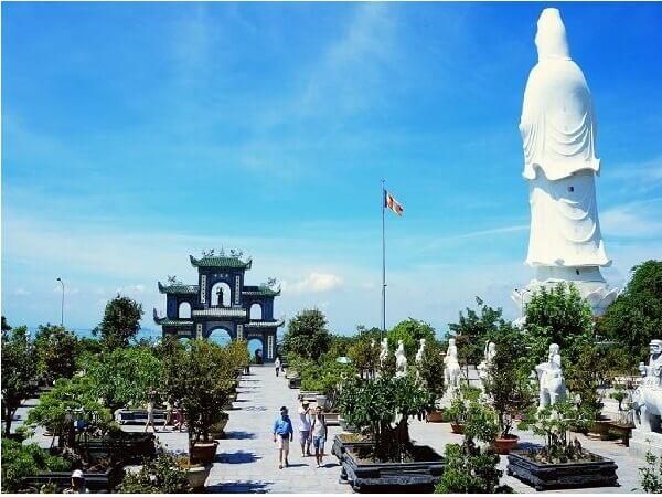 Du lịch tâm linh ghé thăm quan chùa Linh Ứng
